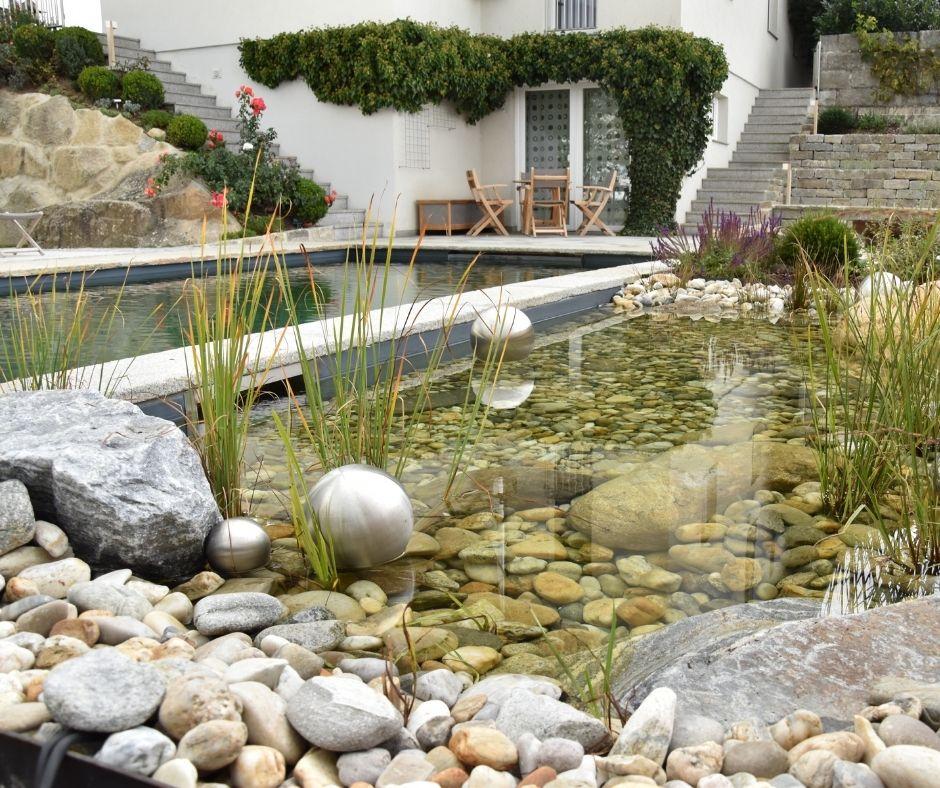 Der Garten in Hanglage wurde zu einem Badeparadies mit Naturpool