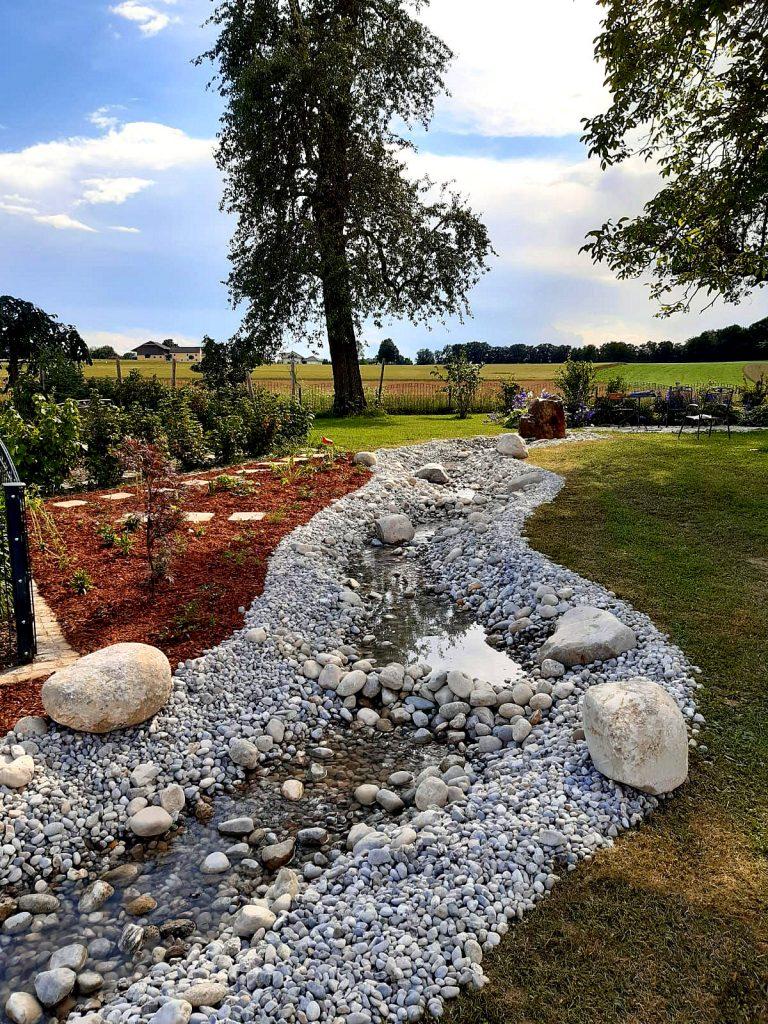 Traum vom Bachlauf im Garten? Dieses Gartengestaltungs-Beispiel zeigt wie es geht!