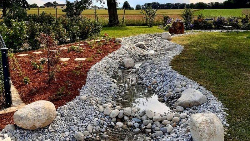 Dieser Bachlauf im Garten fügt sich harmonisch in die Gartengestaltung ein.