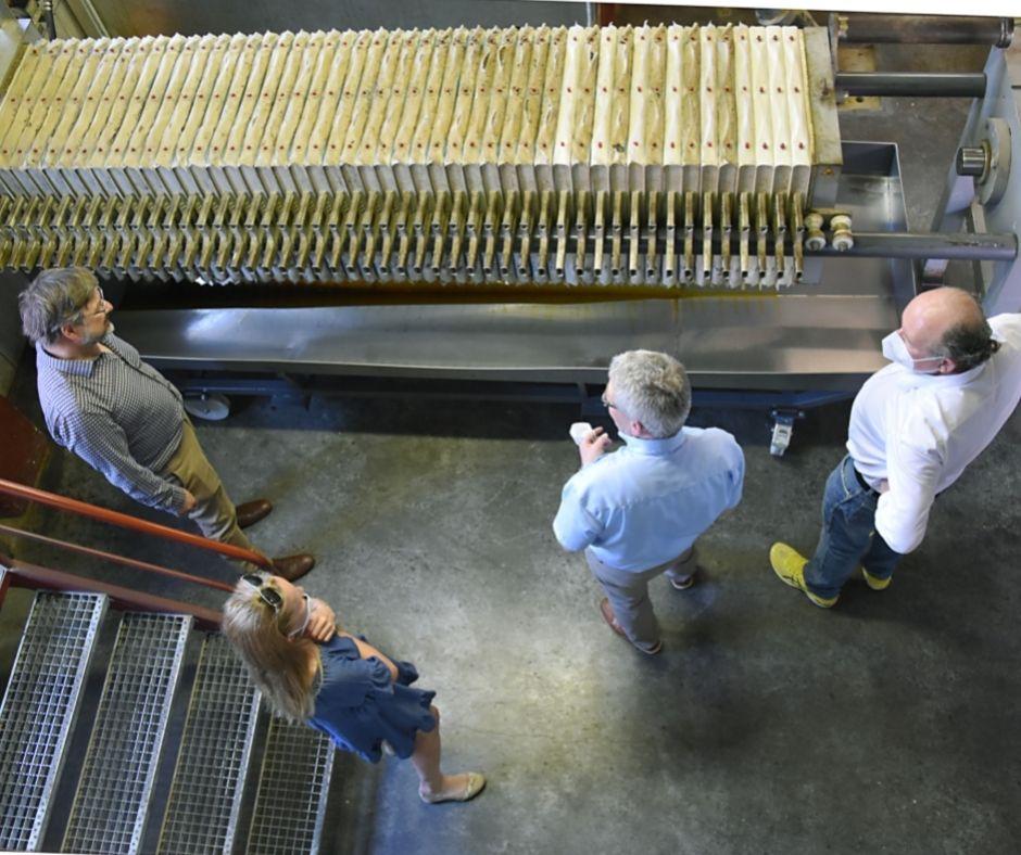 VFI-Geschäfsführer Klemens Rauch bei der Besichtigung der Hausdrucköl-Mühle des Maschinenring Oberösterreich