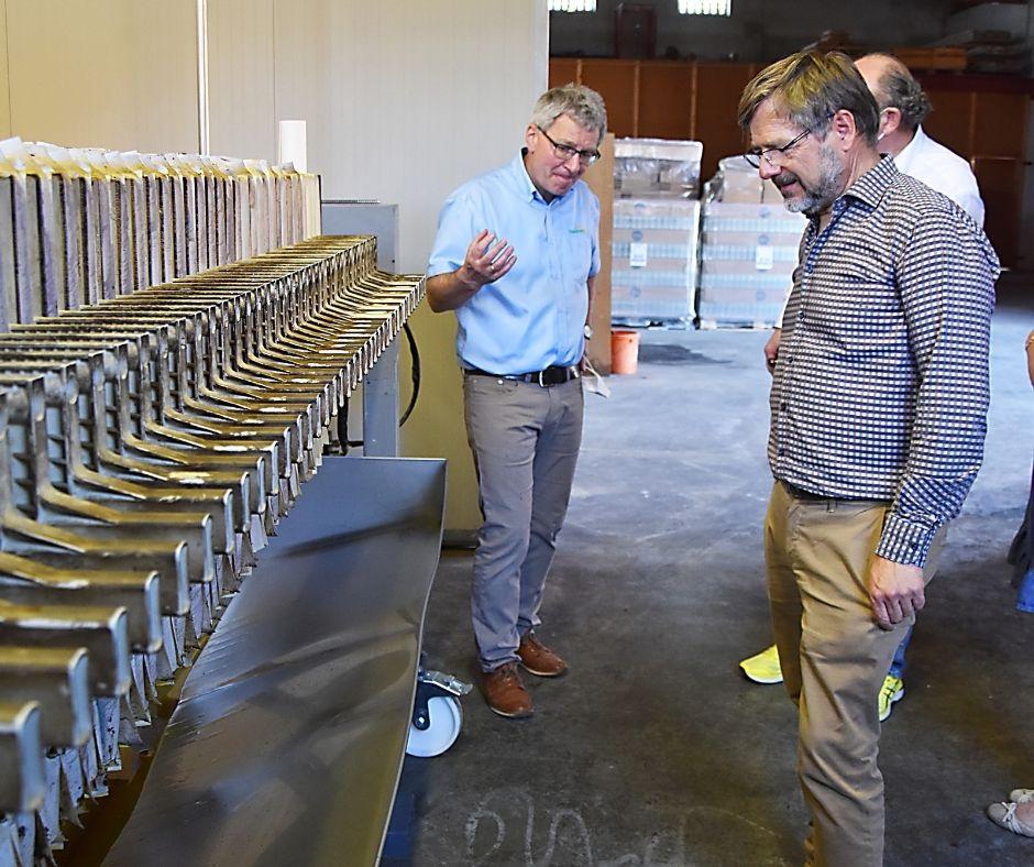 Hausruckölmühle-Geschäftsführer Josef Voraberger zeigt Klemens Rauch, VFI-Geschäftsführer, die Anlage.